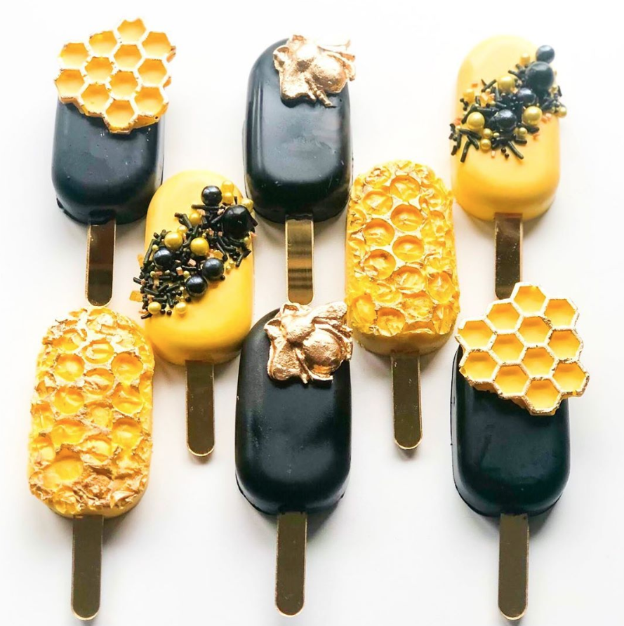 Bee & Honeycomb Cakesicles by @joscakes_ | www.findyourcakeinspiration.com