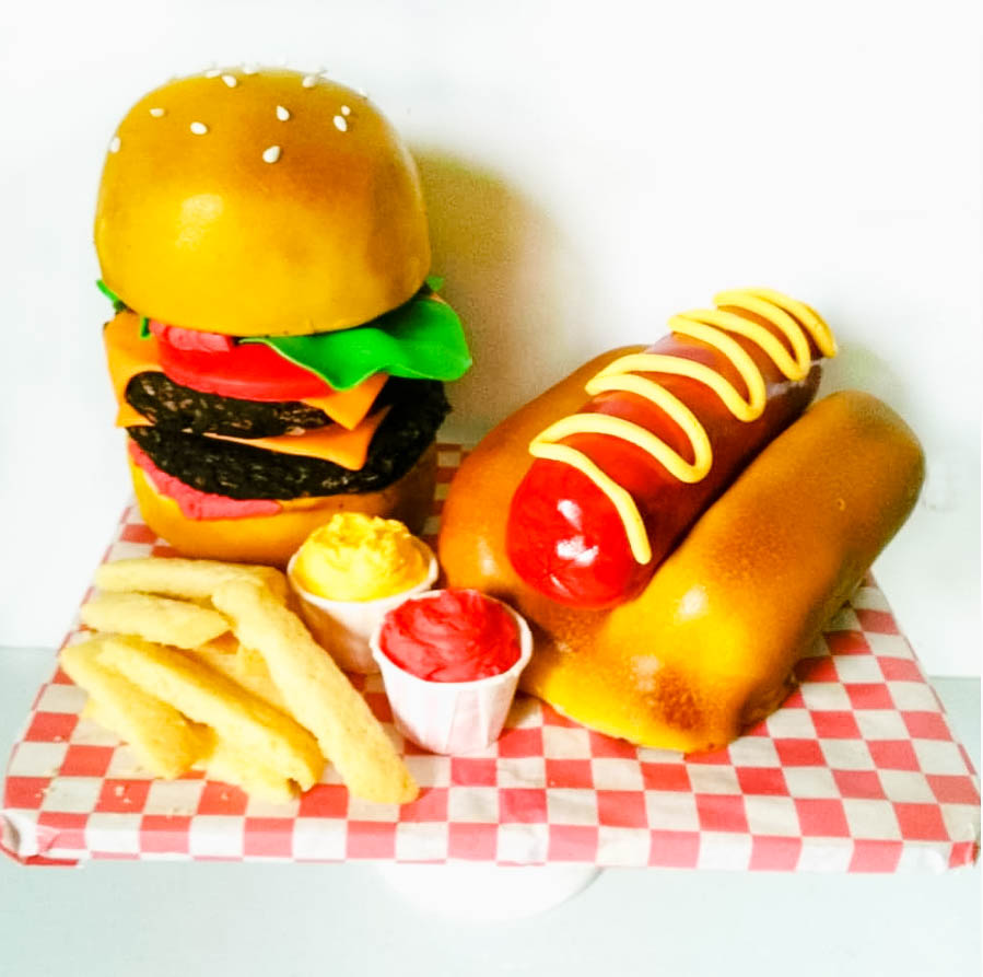 Burger & Fries Cake by @joscakes_ | www.findyourcakeinspiration.com