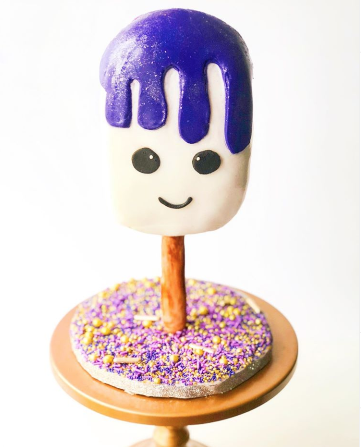 Purple Cake Cakesicles by @joscakes_ | www.findyourcakeinspiration.com